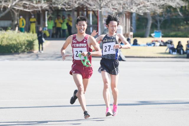 1区田口選手から2区吉村選手へのリレー