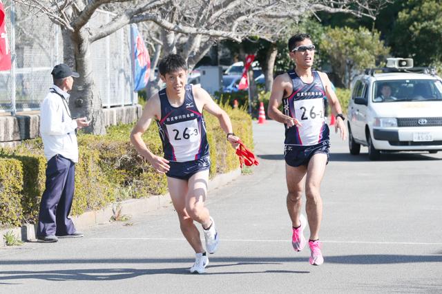 2区山下選手から3区赤崎選手へリレー
