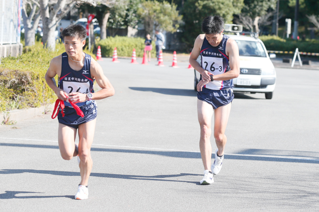 3区赤崎選手から4区川野選手へリレー